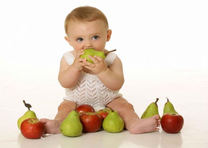 malysch-kuschaet-frukty